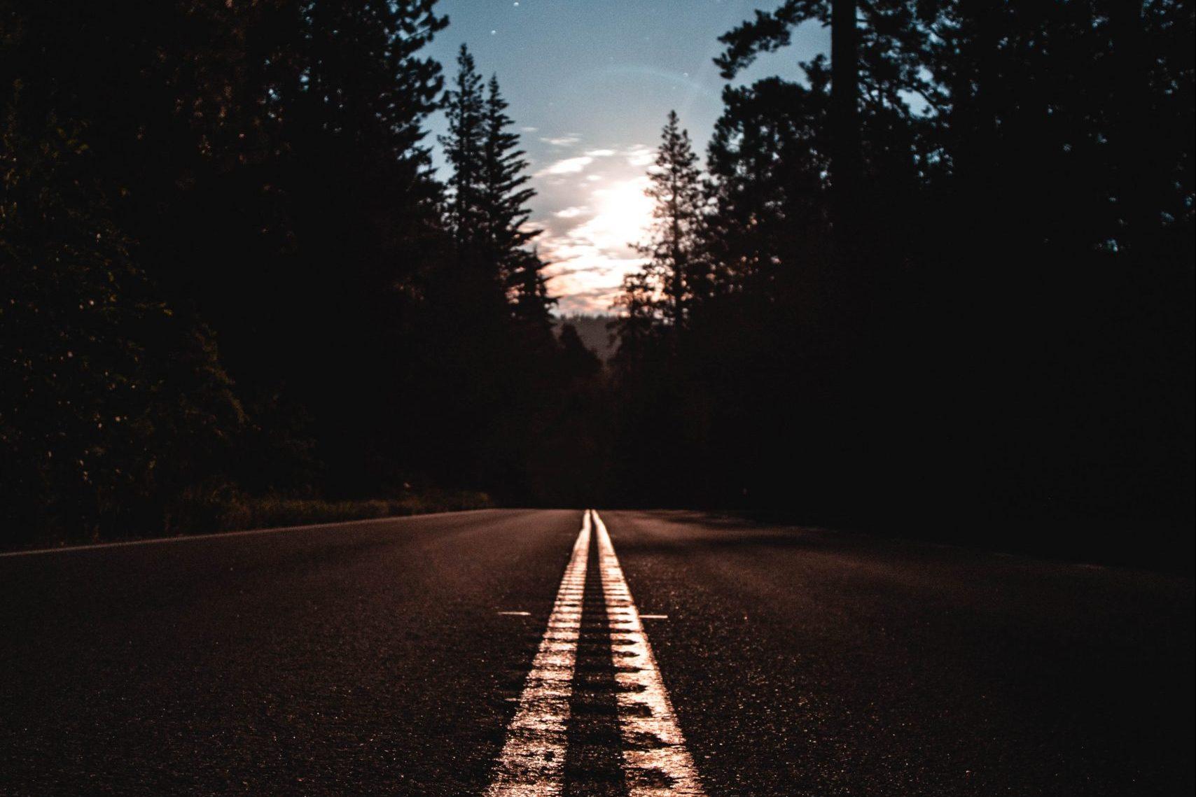 Motorväg med solnedgång