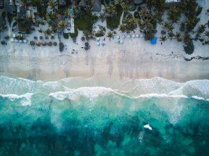 Sandstrand med hav sett uppifrån